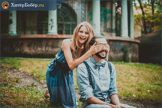 Работа фотостудии - девушка закрыла глаза парню