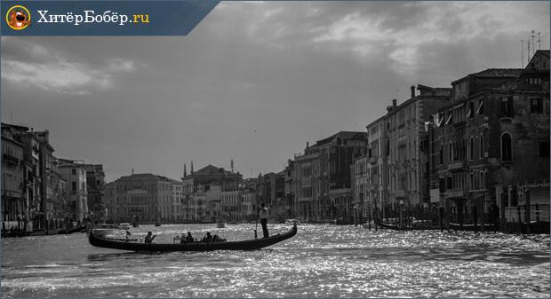 Лодка на фоне города