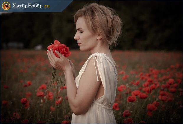 Девушка с цветами в руках