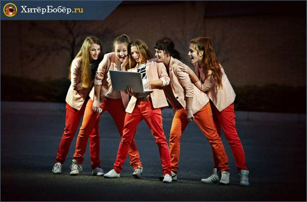 Девушки на сцене с ноутбуком