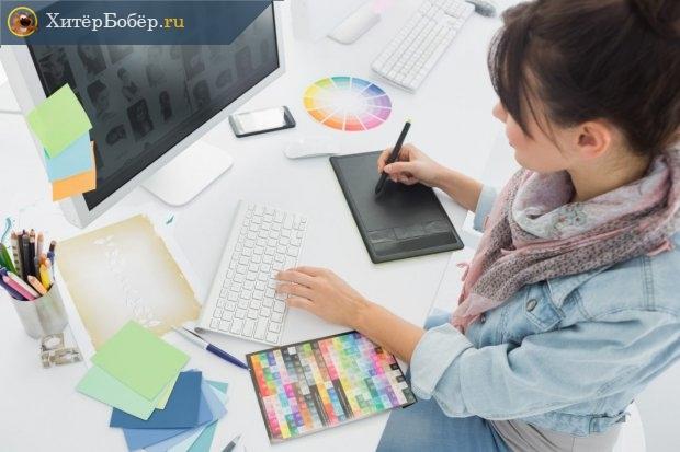 Девушка за работой у компьютера