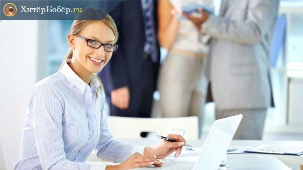 Девушка за столом у компьютера