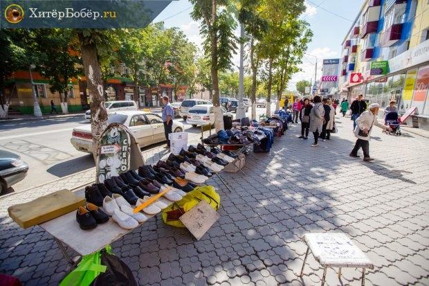 Уличные лотки на городской улице