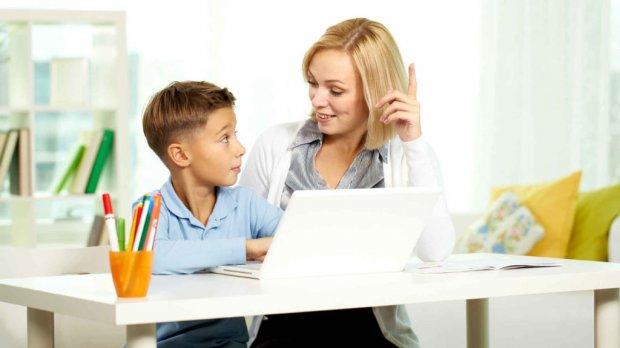 Женщина и ребёнок сидят за ноутбуком