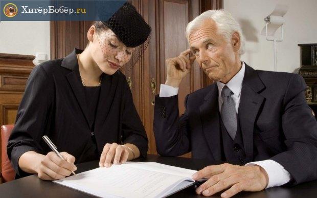 Женщина в присутствии мужчины подписывает документ