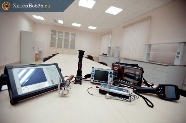 На столе расположены ультразвуковые технические средства