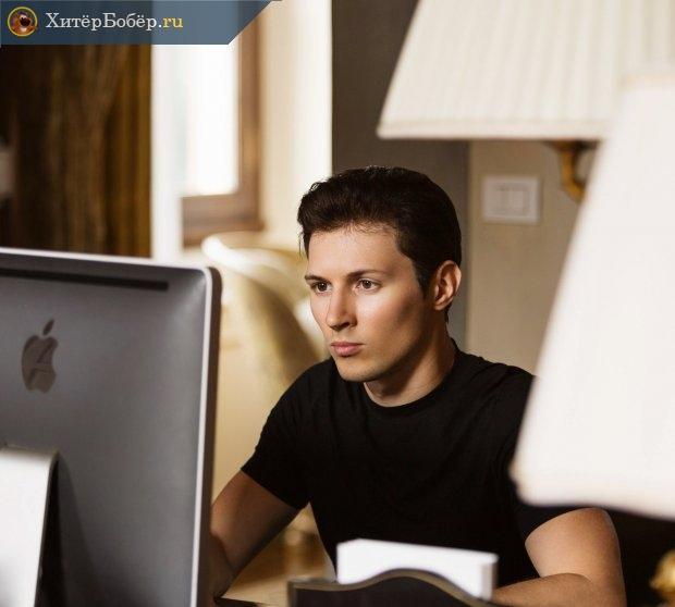 Фотография Павла Дурова, на которой он сидит перед компьютером