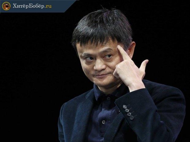 Джек Ма на чёрном фоне с приставленным к голове пальцем