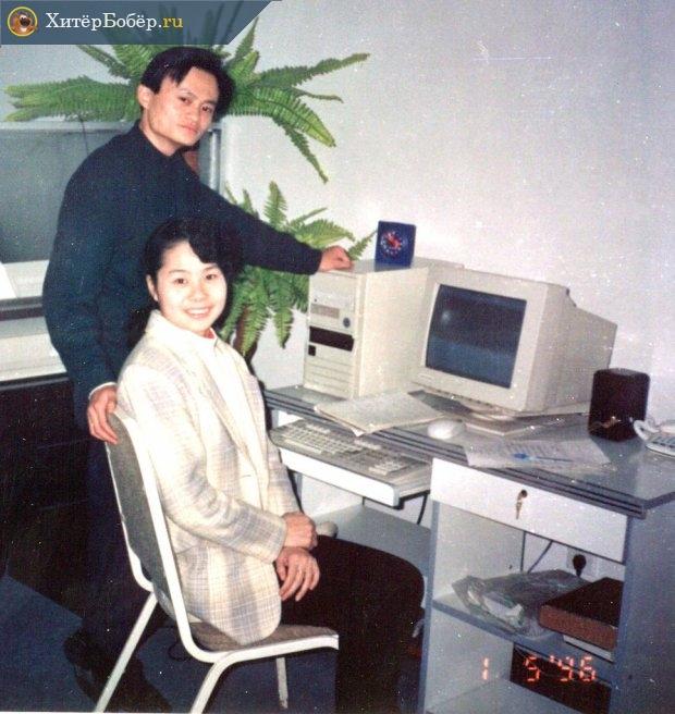 Джек Ма вместе со своей супругой перед компьютером