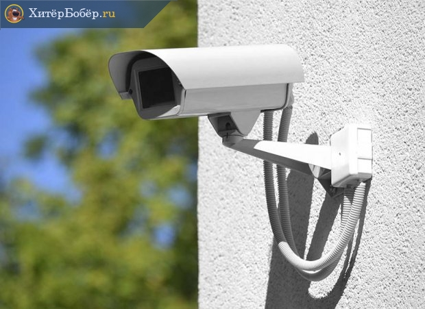 Уличная камера видеонаблюдения на стене дома
