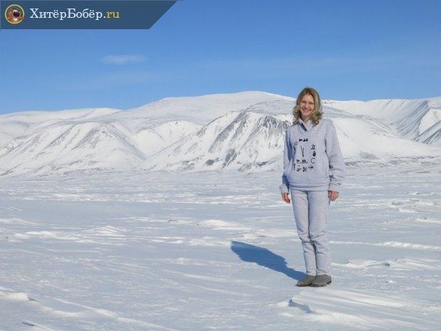 Девушка в белом на фоне снега