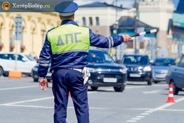 Инспектор ГИБДД на проезжей части