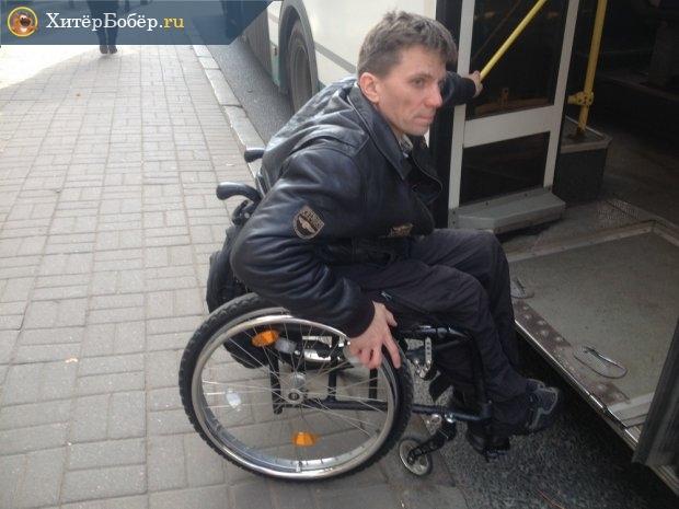 Инвалид в коляске перед входом в автобус