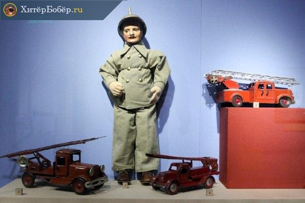 Кукла «Пожарный» и игрушчные пожарные машины