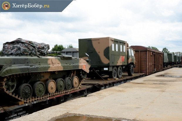 Эшелон с военной техникой рядом с платформой