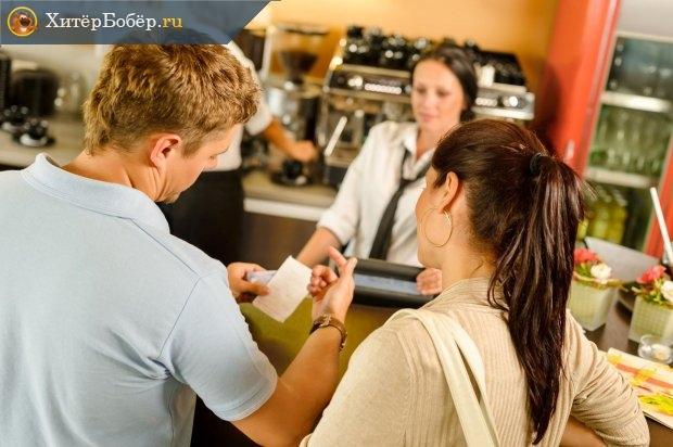 Мужчина в магазине показывает чек девушке