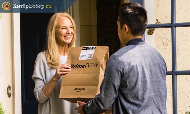 Курьер вручает женщине посылку с Amazon