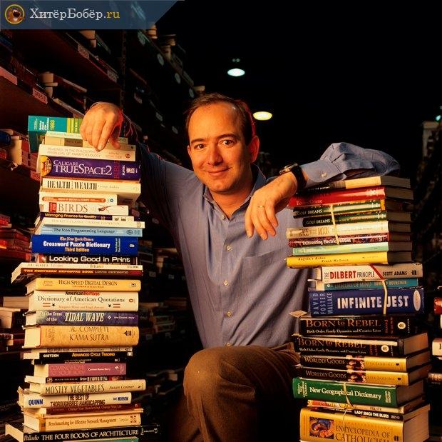 Джефф Безос среди книг
