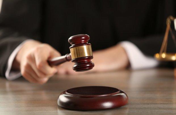 Судья опускает молоток