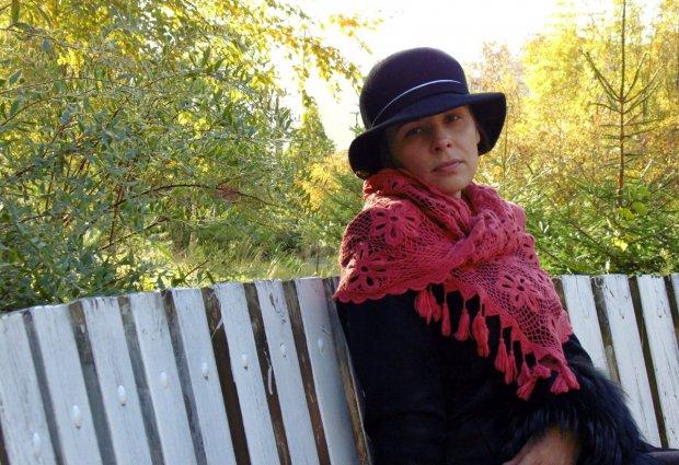 Мария Зинманте с вязанным палантином