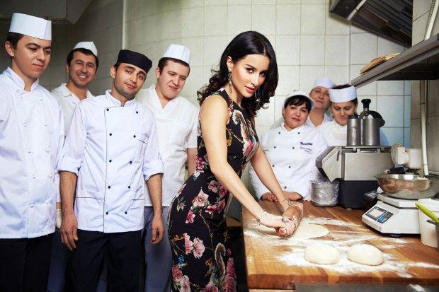 Тина Канделаки на кухне с поварами