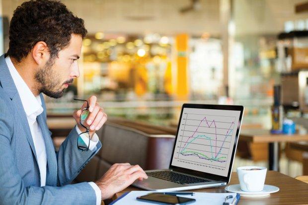 Предприниматель изучает статистику
