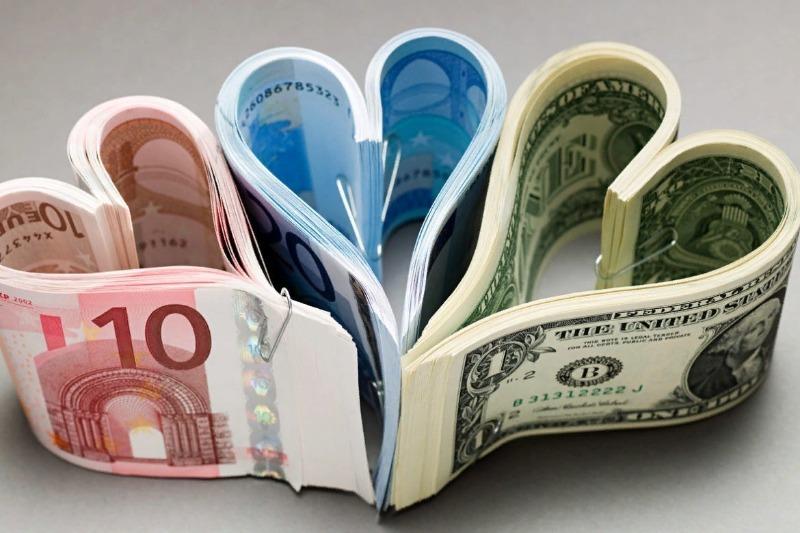 Три пачки денег, сложенные сердечками