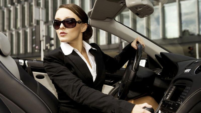Девушка за рулем машины