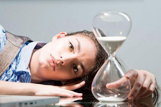 женщина и песочные часы
